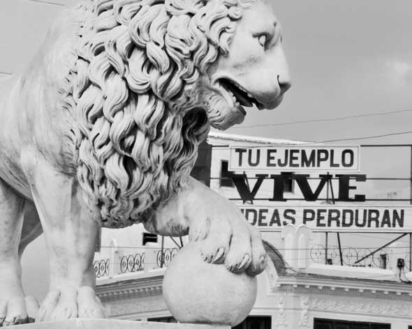 """Bajo la garra, de la serie """"Letras en la calle"""". 2012. Autor: Mileidy Morán García."""