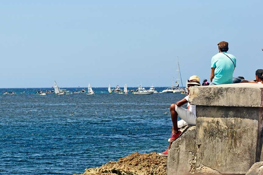 Pescadores en el malecón.