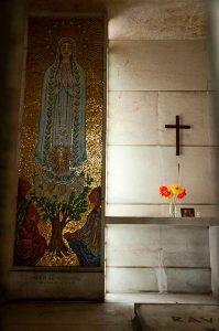 Decoración de oro. Interior de un panteón en el Cementerio de Colón.