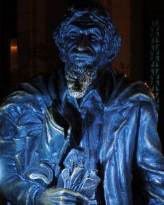 Estatua de bronce del Caballero de Paris Basílica menor San Francisco de Asis