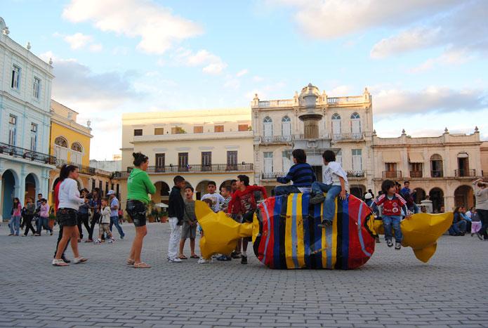 Plaza Vieja. Esculturade la Bienal de la Habana.